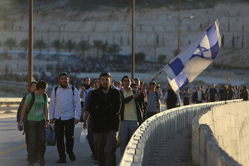 Israelis settlers and right wing activists attend a march in E1 from the Israeli settlement of Ma'ale Adumim on February 13, 2014, protesting Israeli Prime Minister Netanyahu's decision to block construction there. (Yonatan Sindel/FLASH90)